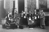 Index card 1936 - Students with luggage and packed lunches